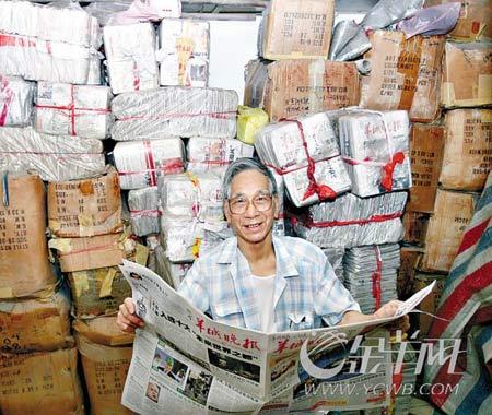黄伯收集晚报复刊以来的报纸堆满半个房间 本报记者 宋金峪 摄