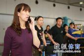 图文:女排抵京面部表情 赖亚文打电话