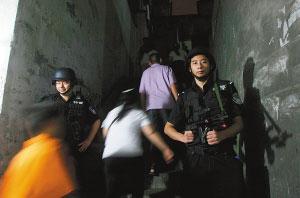 菜园坝,警方正对合力村进行封闭清查。