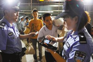 """龙头寺火车站,""""警务宝典""""对旅客身份证进行辨别。"""