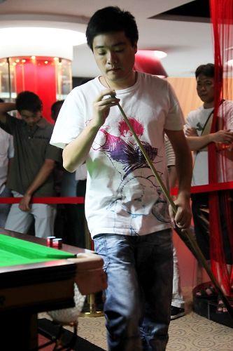图文:丁俊晖台球俱乐部开业 丁俊晖一丝不苟