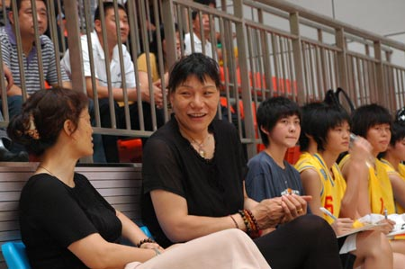 八一女篮领队郑海霞场边观战笑容满面