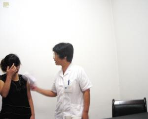 小陈在和顾女士进行交涉。