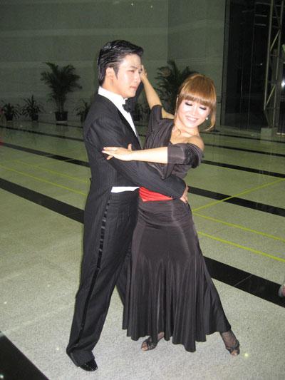 与舞蹈老师练舞