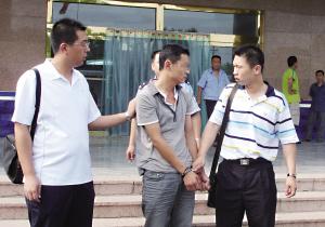 警方将犯罪嫌疑人(左二)抓获。 (崂山公安提供)