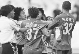 安贞焕在南京与对手发生冲突。(资料片)