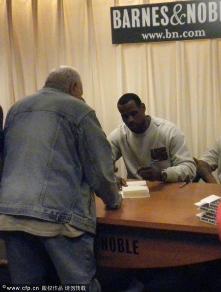 詹姆斯签名售书