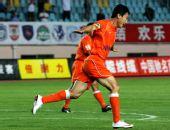 图文:[中超]青岛VS上海 曲波庆祝进球