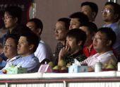 图文:[中超]青岛VS上海 高洪波现身看台观战