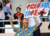 """图文:[中超]青岛2-1上海 中能胸戴""""大红花"""""""