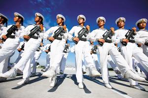 徒步方队要练4种功:踢腿功、收臂功、挺体功、站立功。