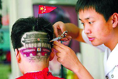 """理发师正为男孩剪""""天安门""""发型.(截屏图)"""
