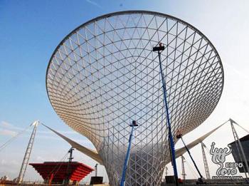 主体结构完工的上海世博轴阳光谷与远处的中国馆遥相呼应