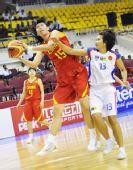 图文:中国女篮狂胜泰国 陈楠与对方球员拼抢