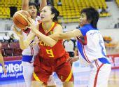 图文:中国女篮狂胜泰国 关鑫突破对手防守