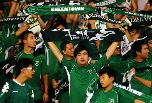 图文:[中超]杭州1-1长沙 绿城球迷助威