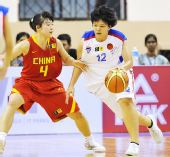 图文:中国女篮狂胜泰国 杨半伴防守泰国队球员