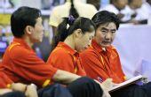 图文:中国女篮狂胜泰国 孙凤武在场边观战