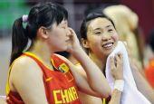 图文:中国女篮狂胜泰国 苗立杰在场边休息