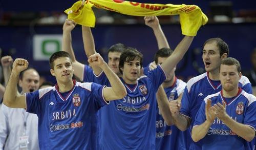 图文:塞尔维亚胜俄罗斯 塞尔维亚队欢呼