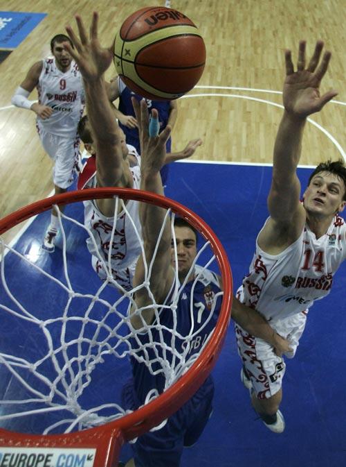 图文:塞尔维亚胜俄罗斯 波尼奇上篮