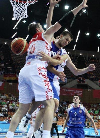 图文:塞尔维亚胜俄罗斯 特里普科维奇遭包夹