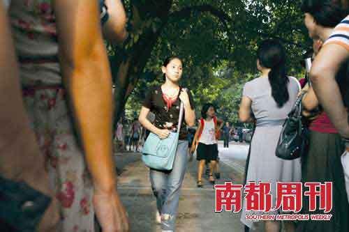 9月13日,设立在协和小学的广州市奥校放学,周末在此培训奥数的小学生涌出校门。