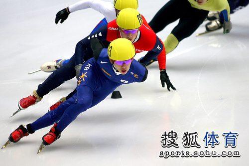 图文:短道速滑男子1000米初赛 韩国选手领跑