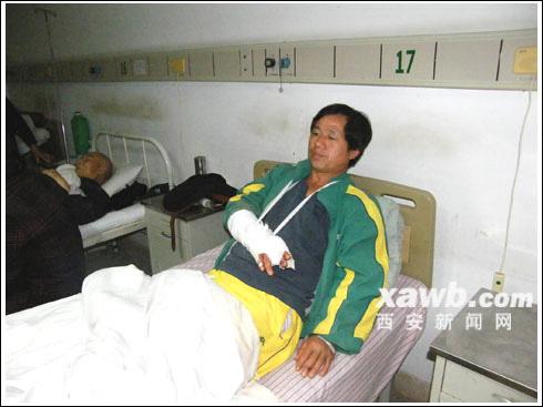 被打伤的农民工在医院接受治疗。