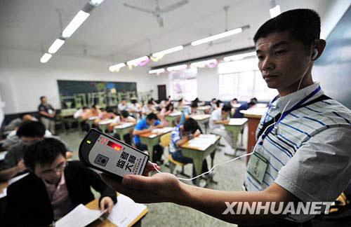 9月19日,在成都职业技术学院青羊校区考点,监考老师用隐形耳机探测器防止考生作弊。新华社记者 江宏景摄