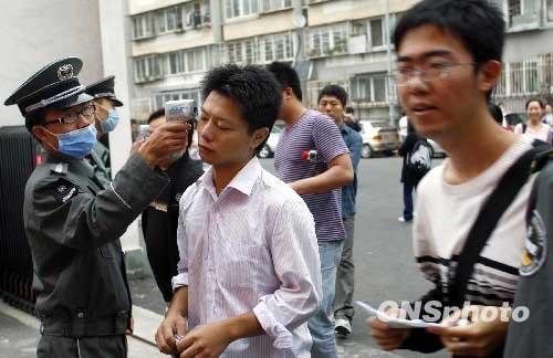 北京做好考点、考场的消毒工作,每名考生须经电子体温计检测,方可进入考场。中新社发郑雄增摄