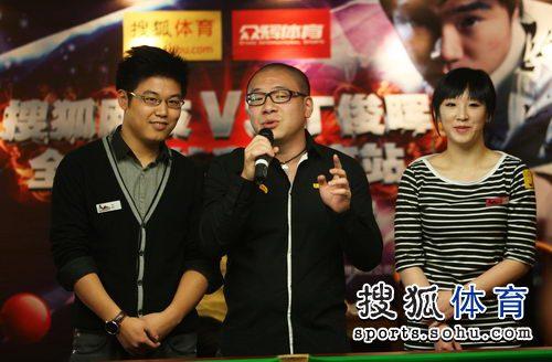 主持人采访决赛选手