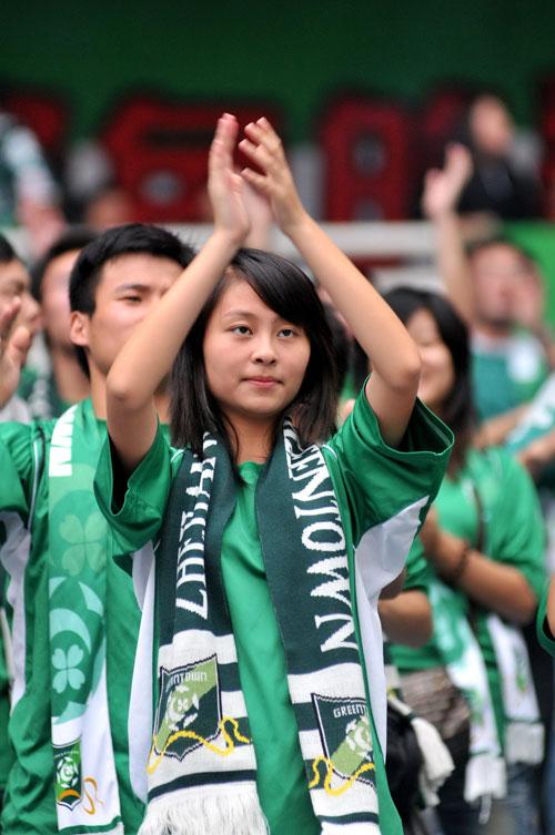 女球迷鼓掌助威