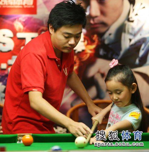 图文:丁俊晖挑战赛决赛现场 帮女孩摆正球杆