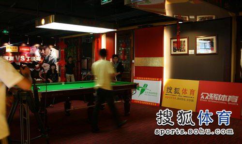 图文:丁俊晖挑战赛决赛现场 活动现场准备中