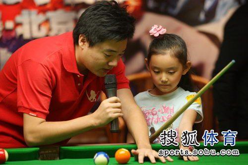 图文:丁俊晖挑战赛决赛现场 示范如何架杆