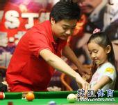 图文:丁俊晖挑战赛决赛现场 纠正蒋依依的动作
