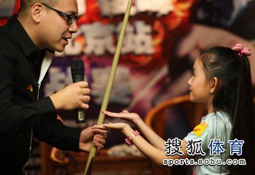 图文:丁俊晖挑战赛决赛现场 蒋依依索要小狐狸