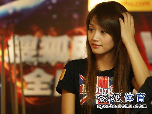 图文:丁俊晖挑战赛决赛现场 长发美女很靓丽