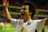图文:[中超]上海4-0天津 郜林向球迷致意