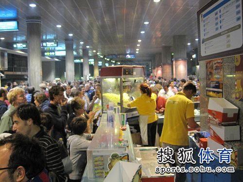 中场休息球迷享受美食