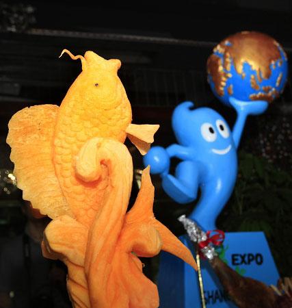 2009上海购物节,餐饮业展示迎世博特色菜点,明年的世博餐桌将为游客搜罗各国美食。早报见习记者 徐晓林 实习生 马琪�B 图