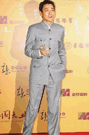 刘德华昨晚穿中山装,出席《建国大业》香港首映。