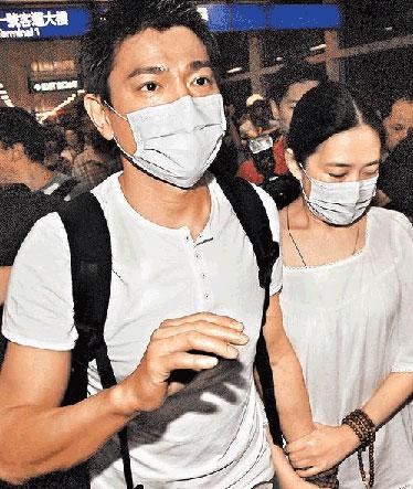 刘德华(左)日前牵着朱丽倩公开恋情,轰动演艺圈。
