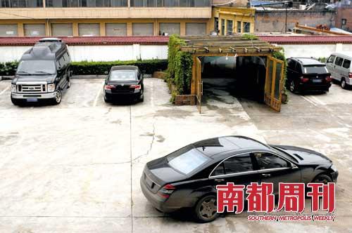 在一个转型的煤老板的公司院内停放着数辆高级轿车,而据工作人员说这只是公司的一部分轿车。