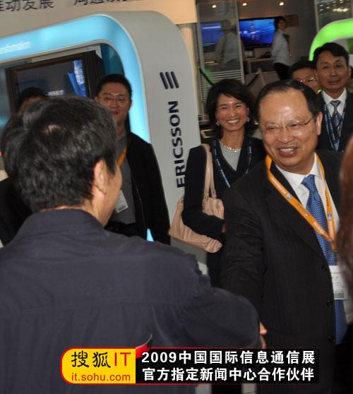 奚国华副部长与中国移动董事长王建宙亲切握手