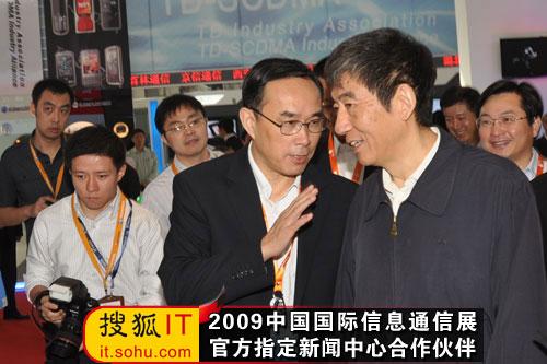 中国联通总裁常小兵为奚国华副部长介绍展台情况