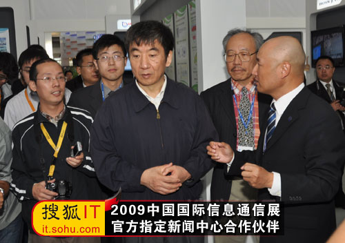 TD-SCDMA联盟秘书长杨骅向奚国华部长介绍展台