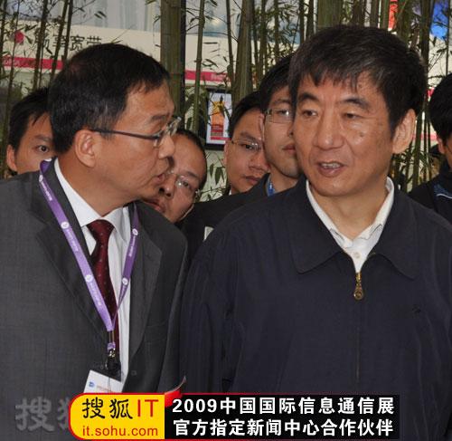 上海贝尔董事长袁欣为奚国华副部长介绍上海贝尔展台