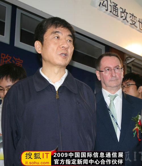 爱立信大中华区总裁马志鸿陪同奚国华参观爱立信展台